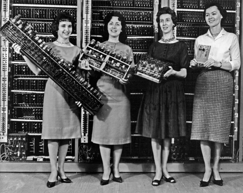 Women_holding_parts_of_the_first_four_Army_computers.jpg